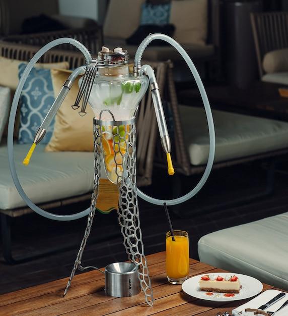Fruit waterpijp buis met sinaasappel, appel, citroen in glas met metalen staande Gratis Foto