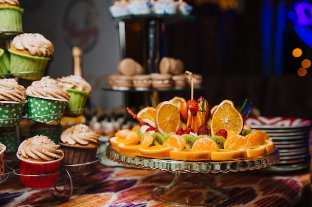 Fruitplakken op een fruitschaal worden opgemaakt die. Premium Foto