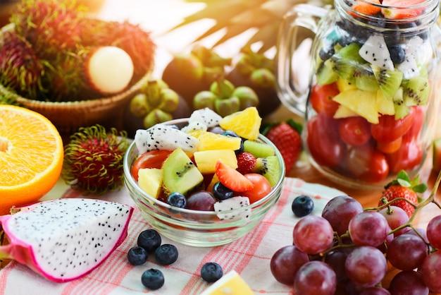 Fruitsalade kom verse zomer fruit en groenten gezonde natuurvoeding Premium Foto