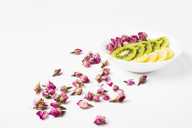 Fruitsalade op wit. Gratis Foto