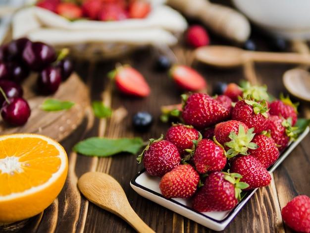 Fruitsamenstelling met smakelijke bessen op tafel Gratis Foto