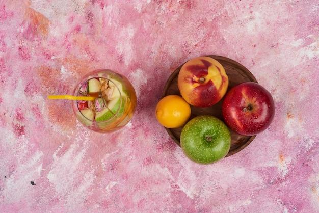 Fruitschaal met een kopje sap. Gratis Foto