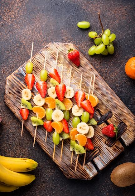 Fruitspiesjes, gezonde zomersnack Premium Foto