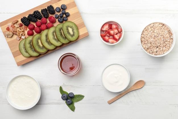Fruts met yougurt en muesli op tafel Gratis Foto