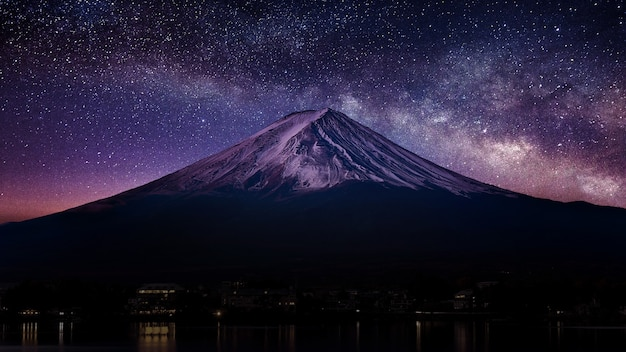 Fuji-berg met melkweg 's nachts. Gratis Foto