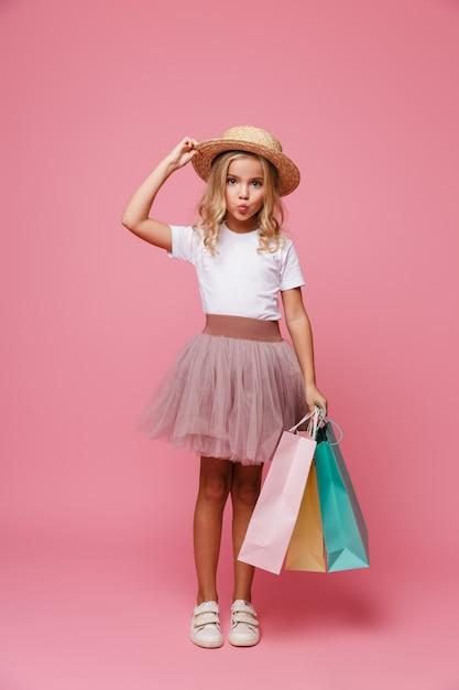 Full length portret van een schattig klein meisje in hoed Gratis Foto