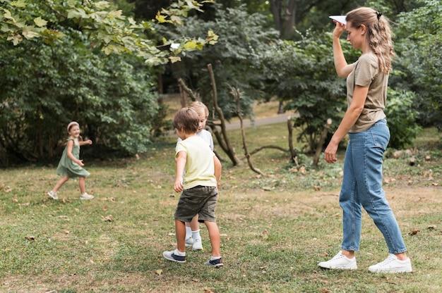 Full shot kinderen buiten spelen Gratis Foto