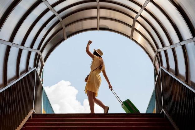 Full shot toerist met groene bagage Premium Foto
