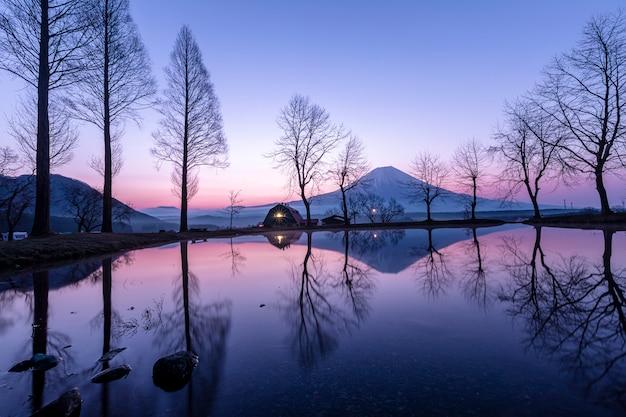 Fumoto paragraaf van het landschaps blauwe hemel kamperende grond en fujiberg met boombezinning Premium Foto
