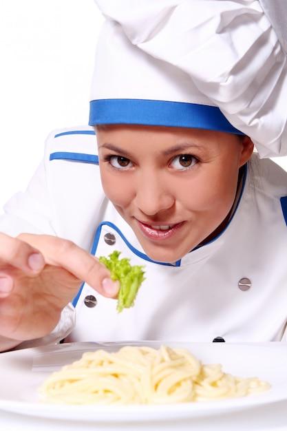 Funy chef-kok die verse deegwaren eet Gratis Foto