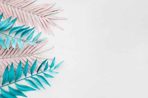 Futuristische tropische palmbladen op witte achtergrond Gratis Foto