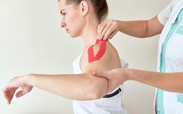 Fysiotherapeut die therapie ondergaat met een vrouwelijke patiënt Gratis Foto