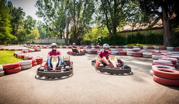 Ga kart speed drive race sportwedstrijd Premium Foto