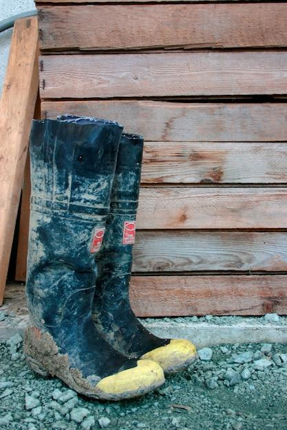 Galoshes door houten structuur, close-up Premium Foto