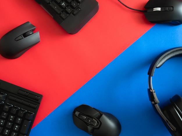Gaming bureau met toetsenbord, muis en koptelefoon Premium Foto