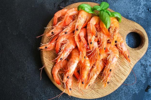 Garnalen gekookte zeevruchten klaar om te eten garnalen portie snac Premium Foto