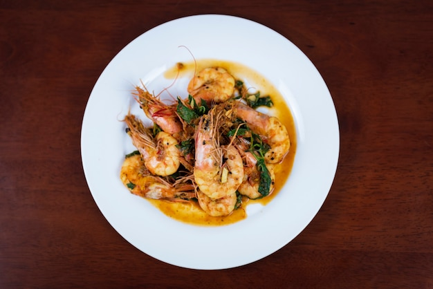 Garnalen met rode curry, thais eten, bovenaanzicht Premium Foto