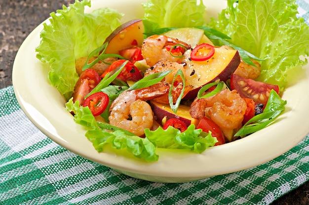 Garnalensalade met perziken, tomaat, avocado en sla Gratis Foto
