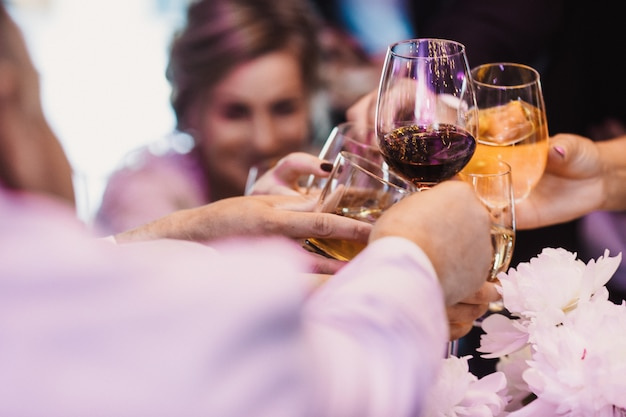 Gasten heffen glazen met verschillende drank op Gratis Foto