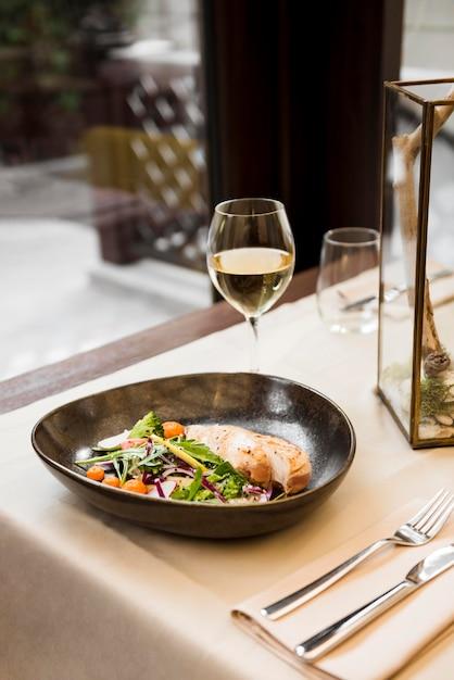Gastronomische maaltijd geserveerd met wijn Gratis Foto