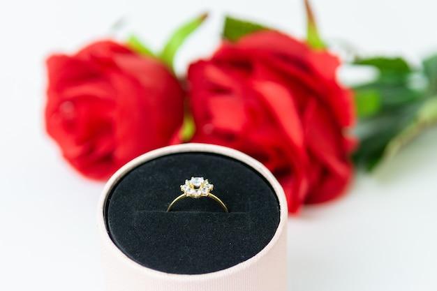 Gave van ring en rozen voor valentijnsdag Premium Foto