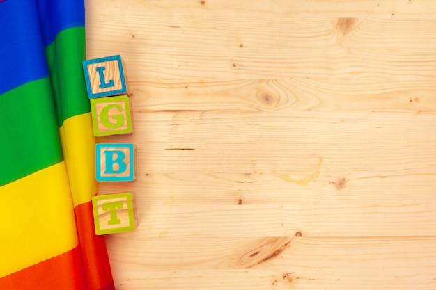 Gay pride vlag op houten tafel achtergrond Premium Foto