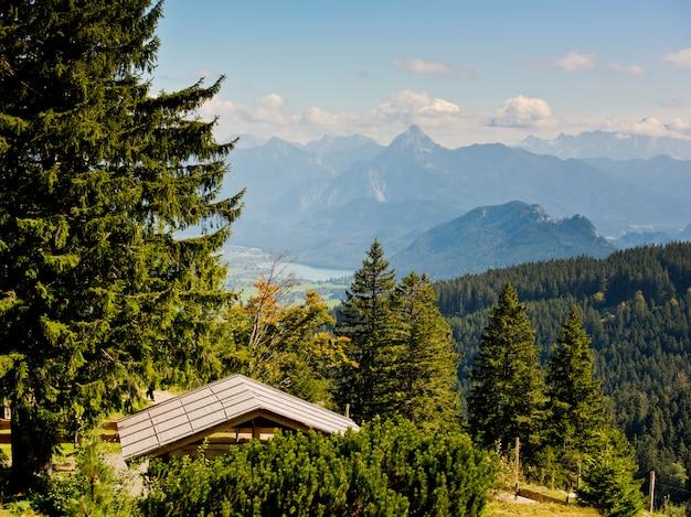 Gazebo om te ontspannen in de bergen. landschap met bosbergen. Premium Foto