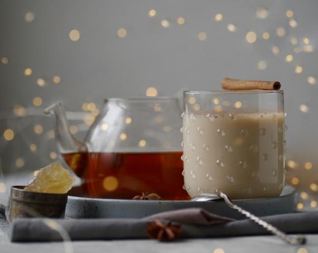 Gearomatiseerde masala-thee gemaakt door zwarte thee te brouwen met aromatische specerijen en kruiden Premium Foto