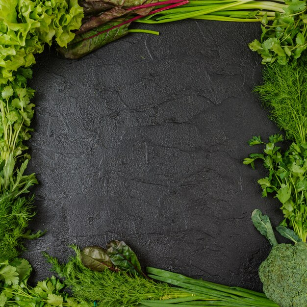 Geassorteerd groen groentenframe op zwarte Premium Foto