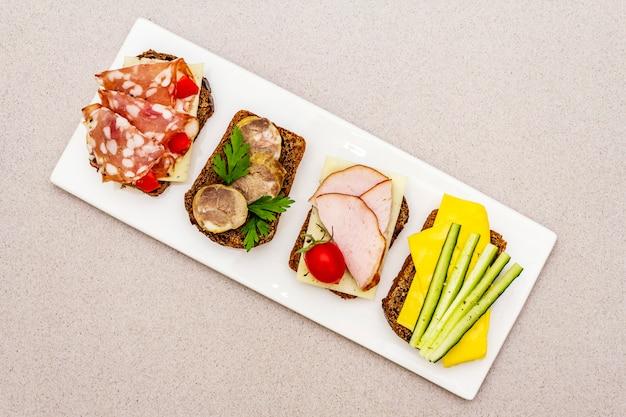 Geassorteerde broodjes met verschillende vullingen Premium Foto
