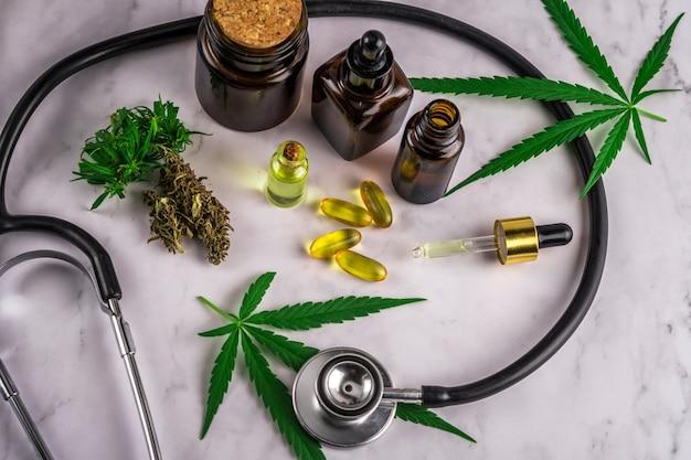 Geassorteerde cannabisproducten, pillen en cbd-olie op doktersrecept Premium Foto