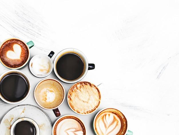 Geassorteerde koffiekopjes op geweven Gratis Foto