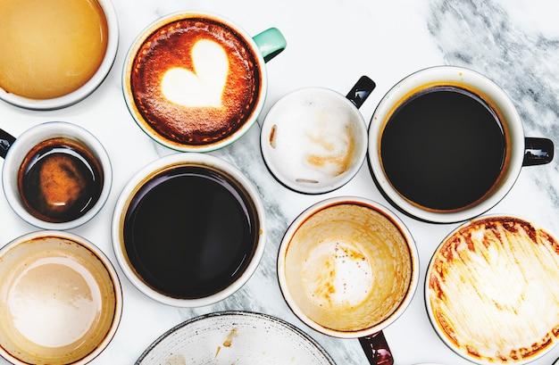 Geassorteerde koffiekoppen op een marmeren achtergrond Gratis Foto