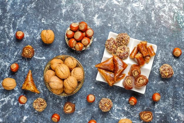 Geassorteerde traditionele turkse verrukking met noten Gratis Foto