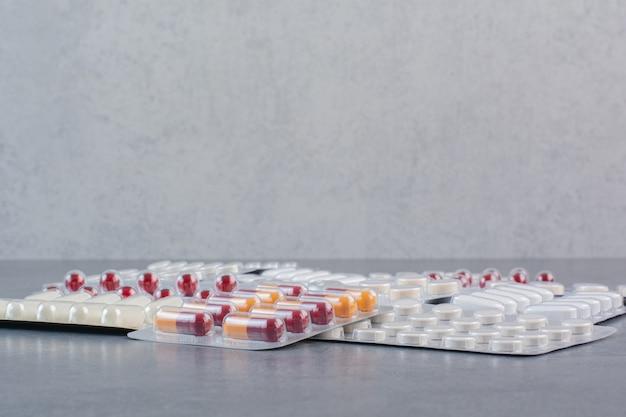Geassorteerde verpakkingen van medicijnen op marmeren oppervlak. Gratis Foto