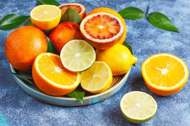 Geassorteerde verse citrusvruchten, citroen, sinaasappel, limoen, bloedsinaasappel, fris en kleurrijk, bovenaanzicht Gratis Foto