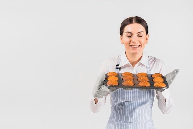 Gebak cook vrouwelijke ruikende muffins Gratis Foto
