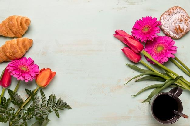 Gebak en koffie met bloemen Gratis Foto