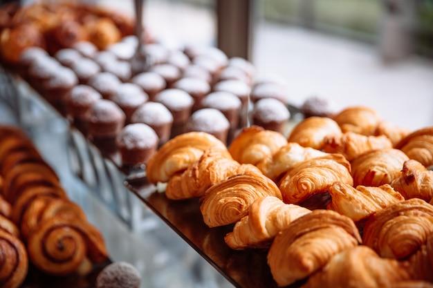 Gebakjes, croissants en muffins Premium Foto
