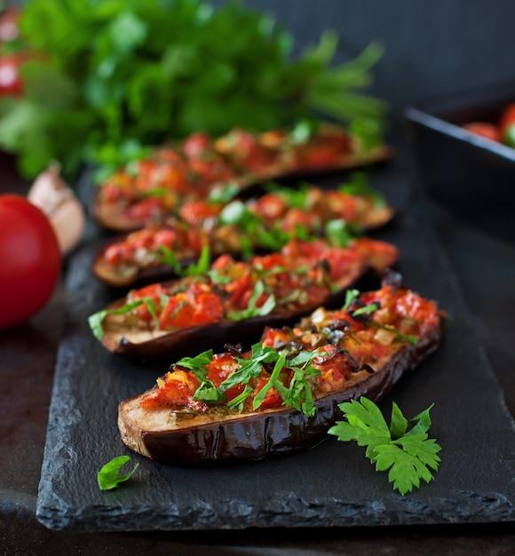 Gebakken aubergine met tomaten, knoflook en paprika Premium Foto