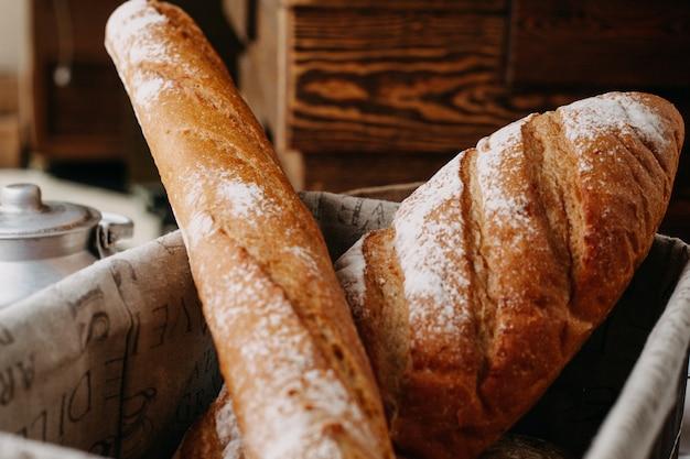 Gebakken brood met bloem heel lekker in de mand Gratis Foto