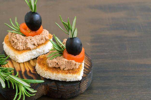 Gebakken brood met vleespastei in de vorm van een hart. Premium Foto