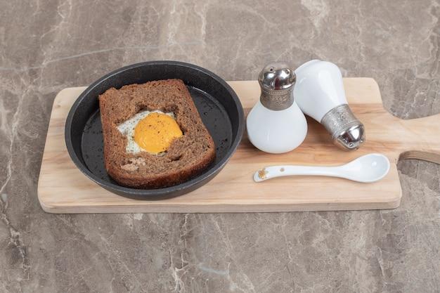 Gebakken ei binnen sneetje toastbrood op zwarte plaat. hoge kwaliteit foto Gratis Foto