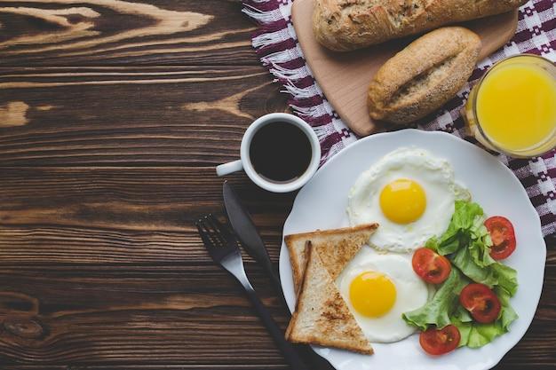 Gebakken eieren en drankjes als ontbijt Gratis Foto