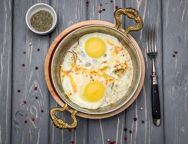 Gebakken eieren in een koekenpan. ontbijt, gezond eten. Premium Foto