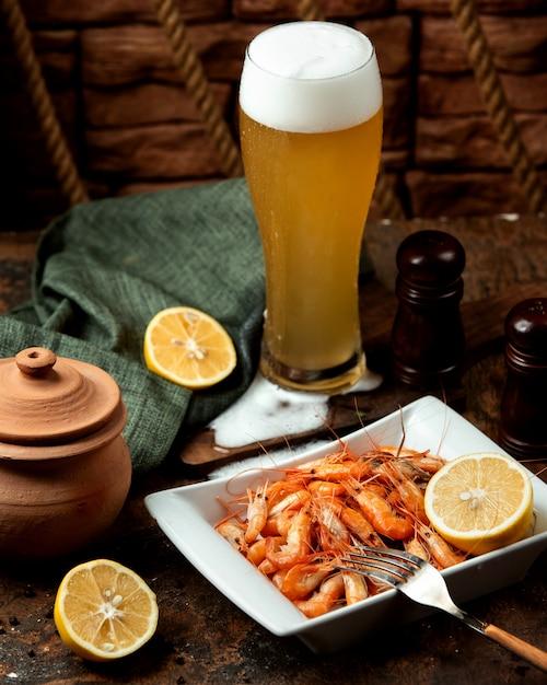 Gebakken garnalen geserveerd met bier Gratis Foto
