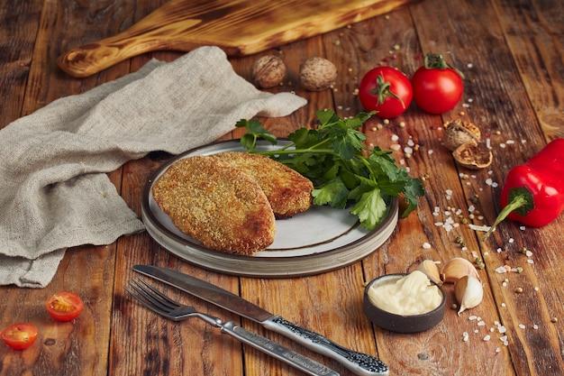 Gebakken gehakt (vleeskotelet) op plaat op houten lijst Premium Foto