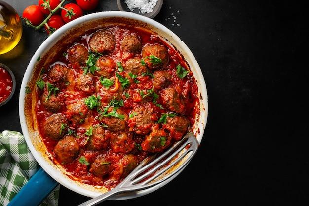 Gebakken gehaktballetjes met saus op pan Premium Foto