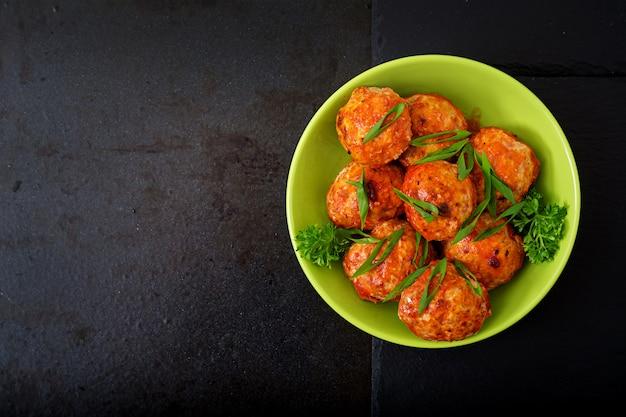 Gebakken gehaktballetjes van kipfilet in tomatensaus. Gratis Foto