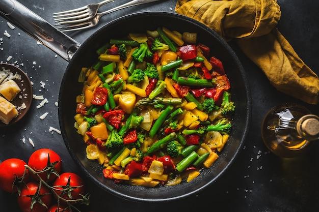 Gebakken groenten met saus op pan Gratis Foto